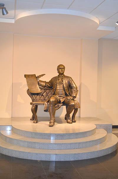 Памятник Ломоносову в главном корпусе САФУ